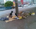 foto d'un indigent en el carrer desposseit del seu pis